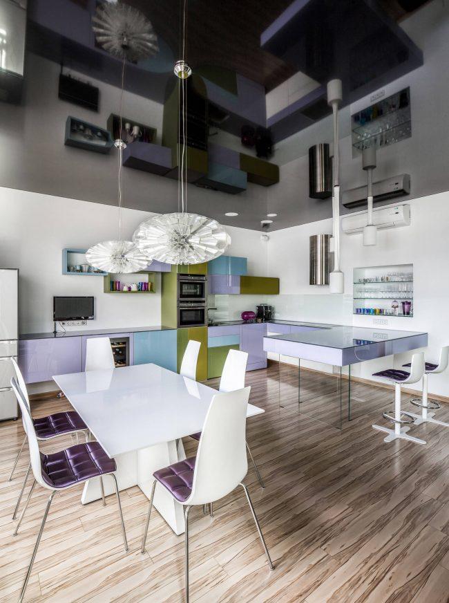 Кухня с глянцевым натяжным потолком зрительно становится на много выше