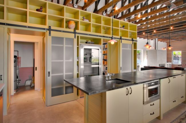 Большой стеллаж поможет распихать всю вашу кухонную утварь