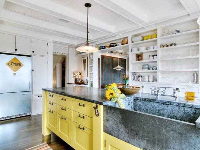 Открытые полки в интерьере кухни стиля лофт