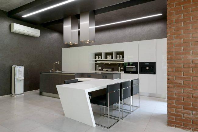Эргодинамичность кухонной площади должна быть продумана до мелочей, чтобы сэкономить место и облегчить труд хозяйки