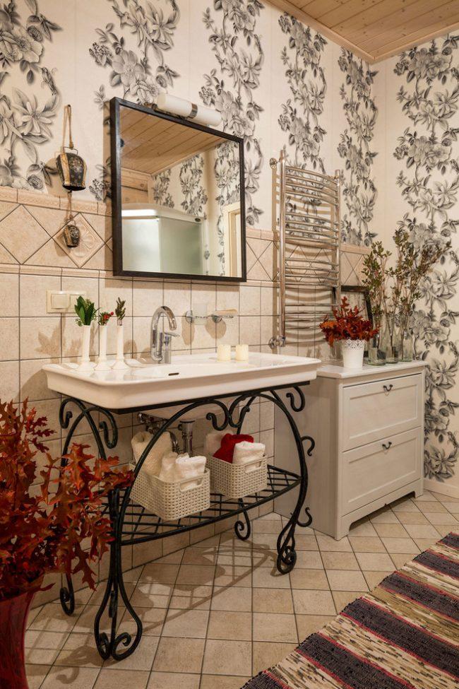 Мебель с кованными элементами в интерьере ванной комнаты стиля прованс