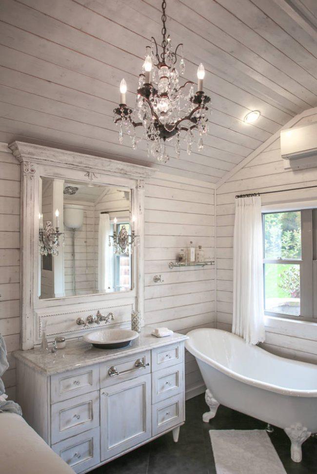 Ванная в белом цвете смотрится красиво, свежо и просторно