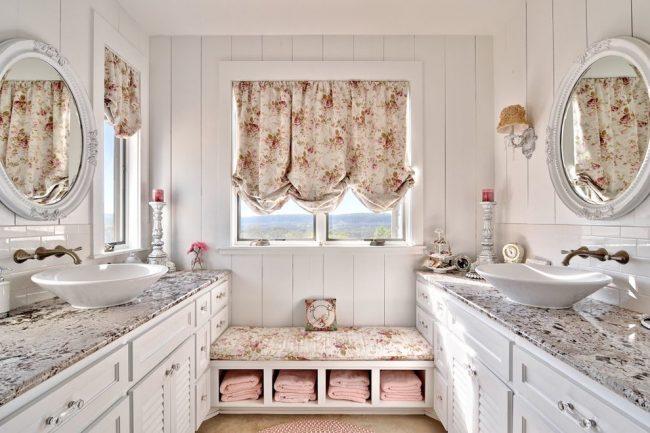 Красивая ванная с отделкой стен деревянными панелями