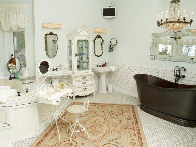 Изящная кованная мебель в дизайне ванной стиля прованс