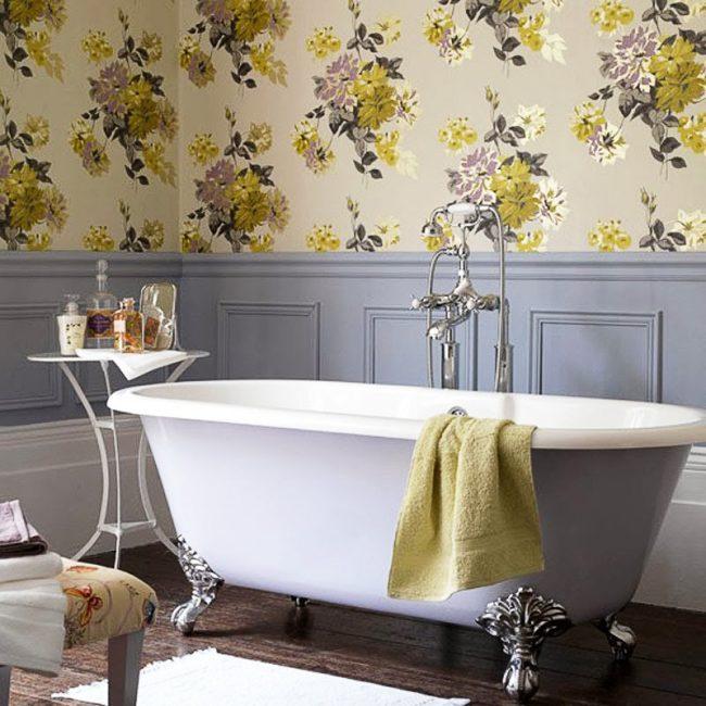 Отличное сочетание филенчатых стеновых панелей и обоев в дизайне ванной комнаты