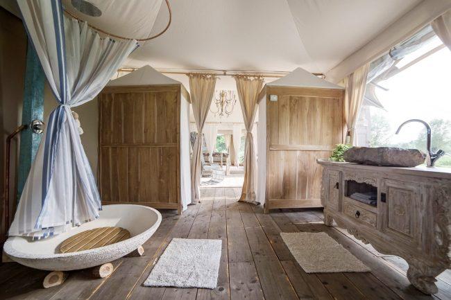 Великолепная ванная комната с винтажными элементами интерьера