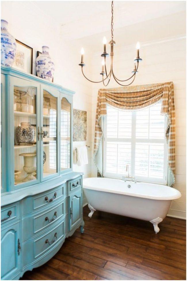 Голубой сервант поможет разбавить интерьер вашей ванной комнаты