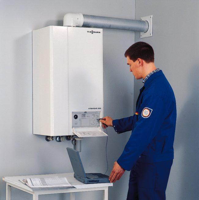 Специалист газовой службы на завершающем этапе установит счетчик и проверит систему
