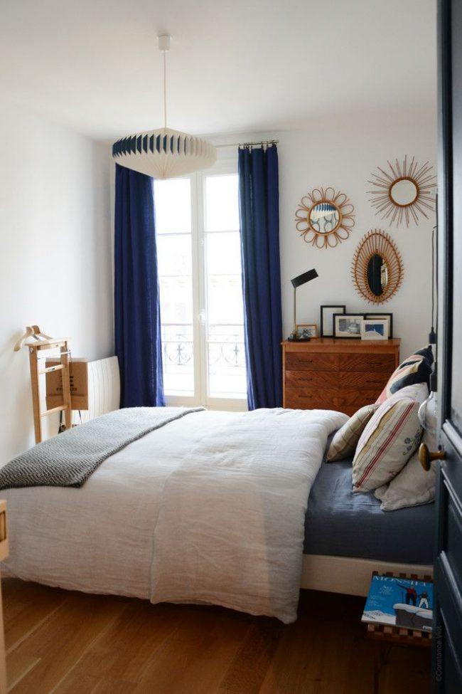 В маленькой спальне лучше избежать массивных штор