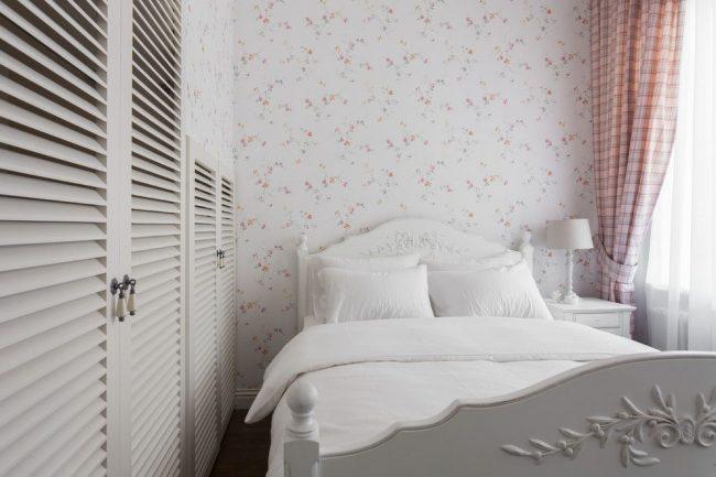 Для малогабаритной спальни подойдет светлое оформление в прованском стиле с классическими шторами
