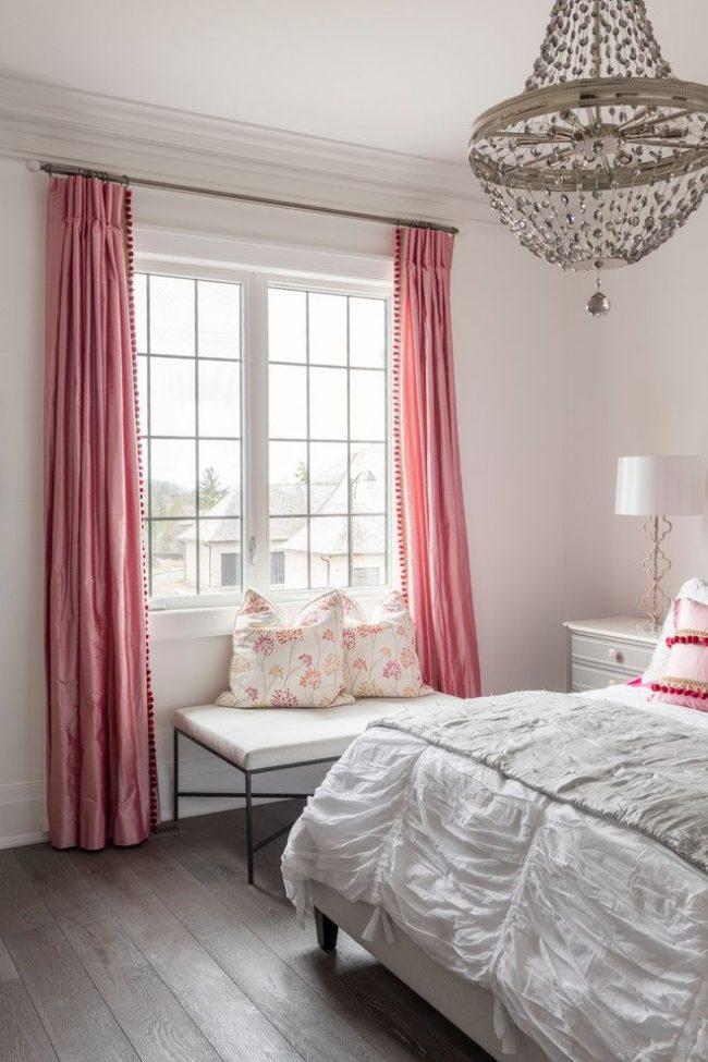 Классические шторы из розовой тафты подойдут для девичьей спальни