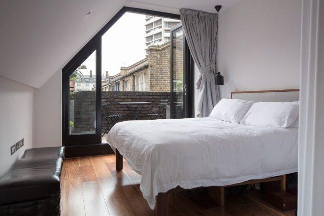 Классические шторы с потолочным карнизом подойдут для окон нестандартной формы