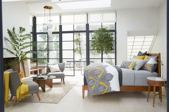 Белые полупрозрачные рулонные шторы в современной спальне