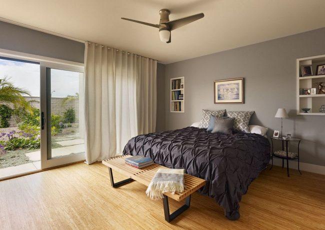 Светло-серые шторы из хлопковой ткани идеально подходят для данной современной спальни