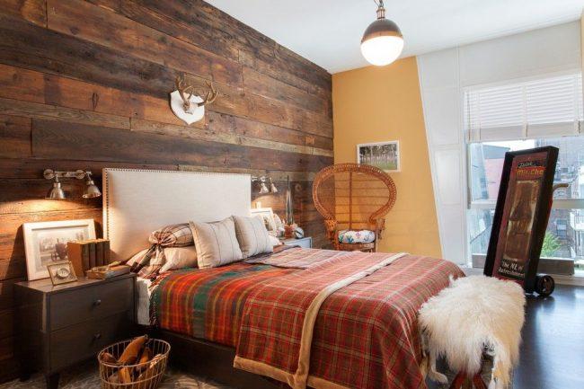 Белые жалюзи освежают коричнево-терракотовую гамму спальни в стиле кантри