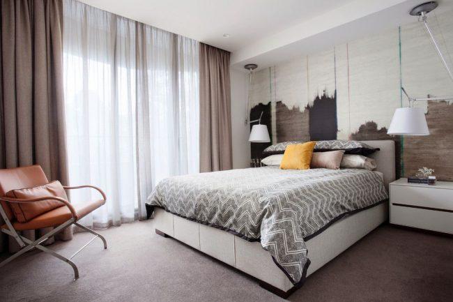 Современная спальня с темными плотными шторами в пол