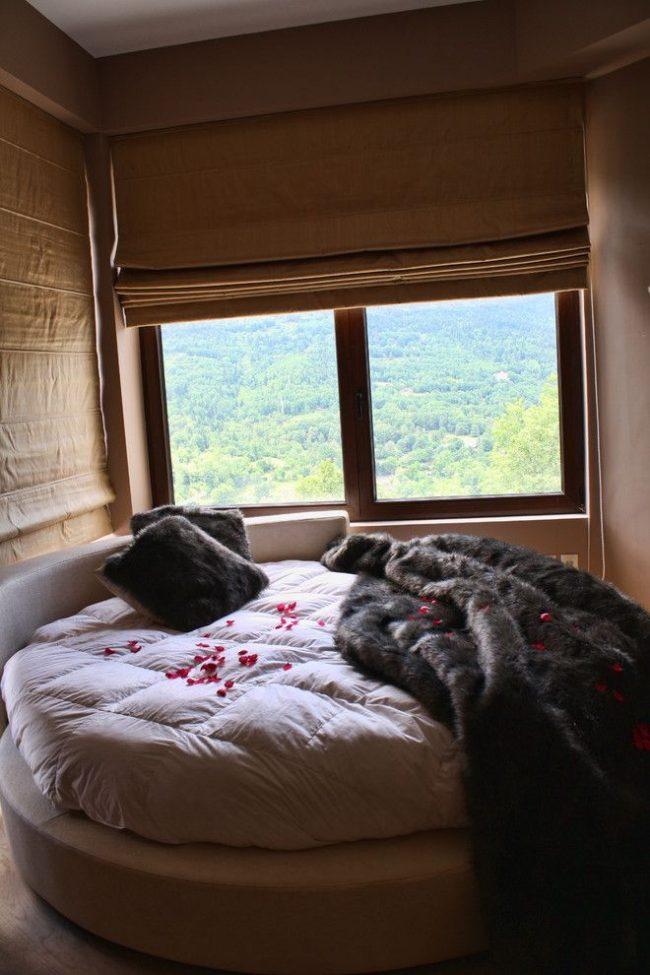 Плотные римские шторы в небольшой спальне