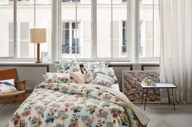 Светлые хлопковые шторы в уютной светлой спальне