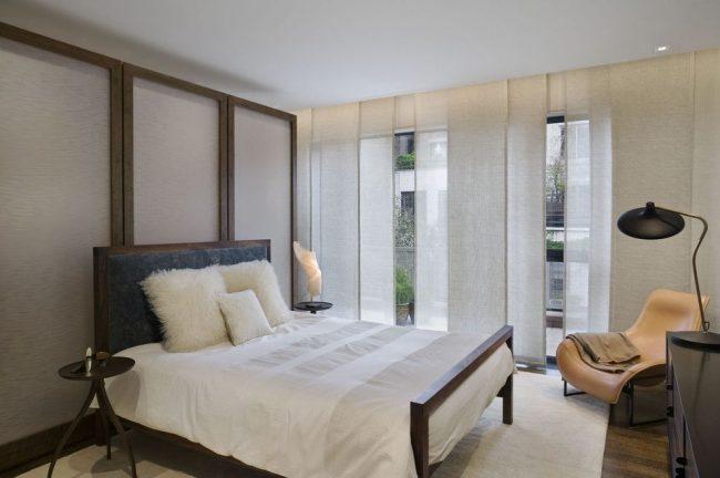 Японские светлые шторы в спальне стиля хай-тек