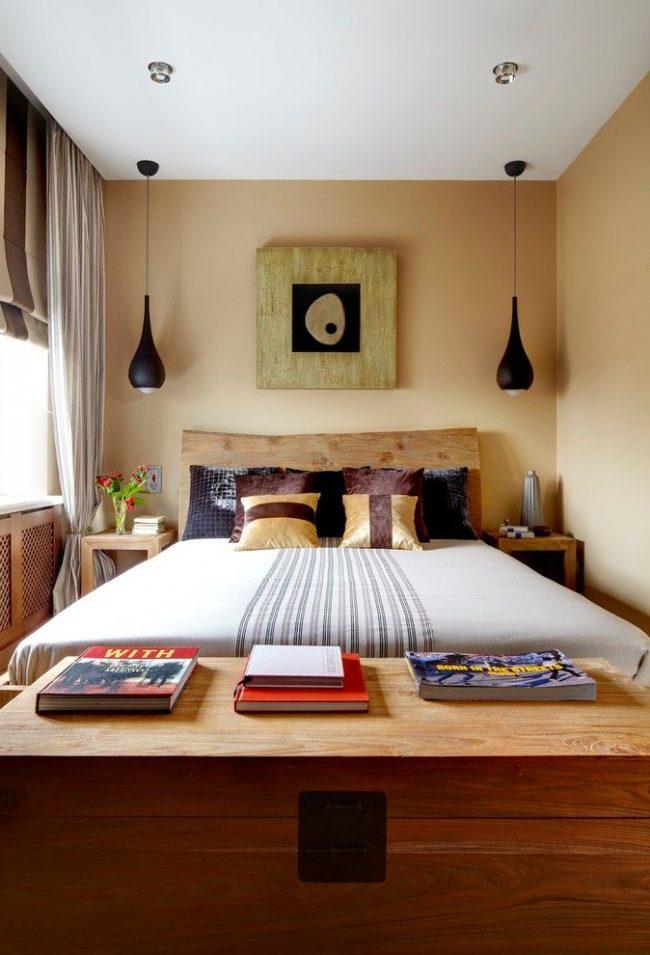 Маленькая спальня с комбинированием римских и классических штор