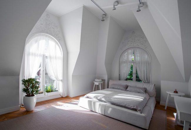 Легкие белые занавески на круглом карнизе подойдут для арочных окон