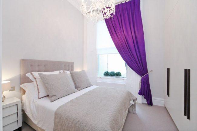 Для тех, кто любит контраст, но не любит яркого солнца по утрам подойдут яркие фиолетовые шторы из плотной ткани