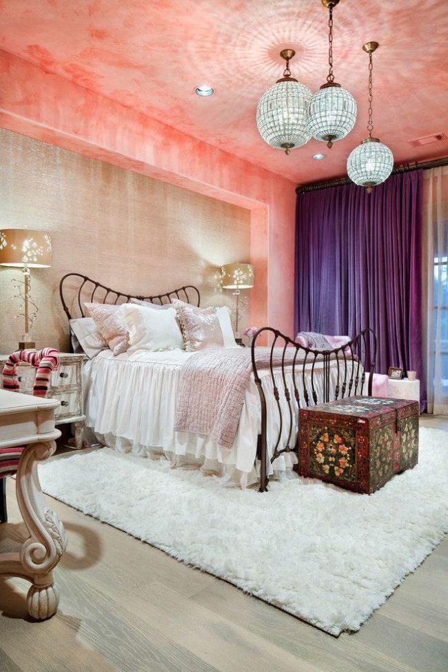 Яркая спальня в средиземноморском стиле с плотными фиолетовыми шторами в пол