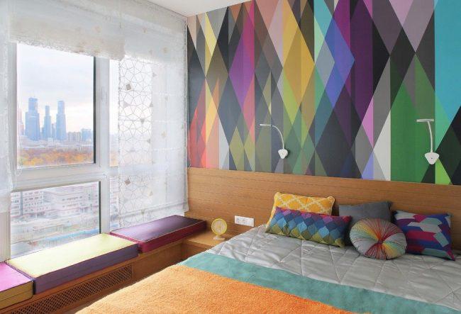 Если стены и мебель в вашей спальне достаточно яркие, то для окон подойдут белые ажурные римские шторы