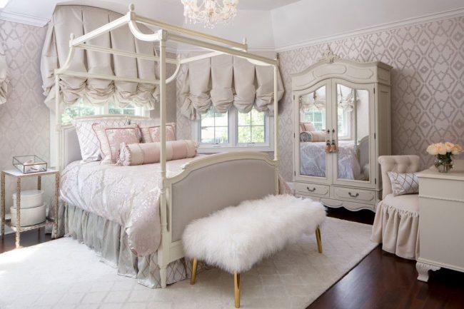 Шикарные шторы с ламбрекенами в роскошной спальне викторианского стиля