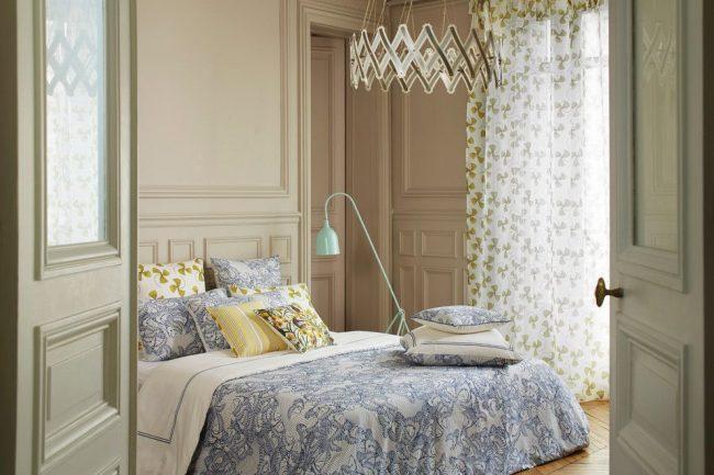 Легкие занавески с цветочным рисунком в спальне с прованским оттенком