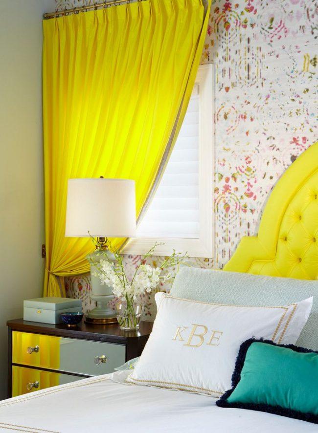 Ярко-желтые классические шторы подойдут для спальни эмоциональных и жизнерадостных людей