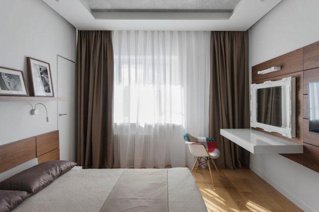 Современная спальня с плотными темными шторами из тафты и белой полупрозрачной тюлью