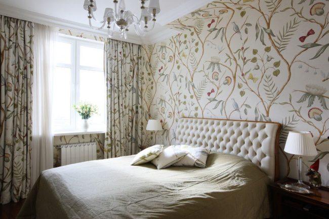 Спальня в классическом стиле с плотными шторами с рисунком, который повторяет рисунок обоев