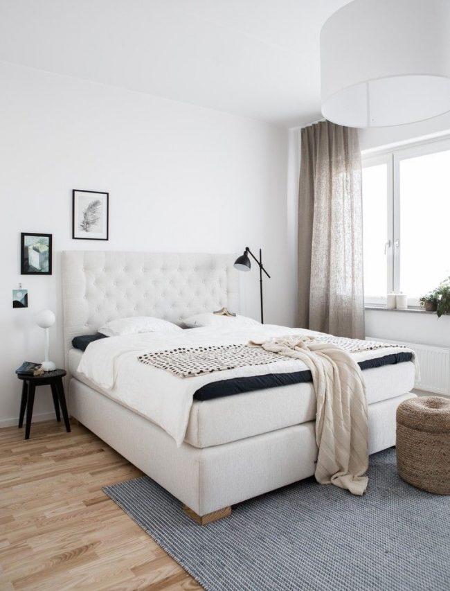 Серо-бежевые льняные шторы в спальне скандинавского стиля