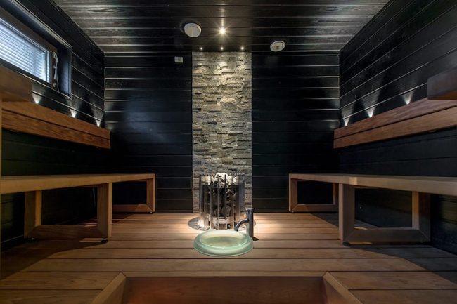 Уютная небольшая баня из натурального дерева