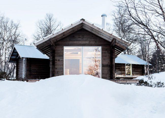 Баня, пристроенная слева смотрится гармонично с гостевым одноэтажным домом