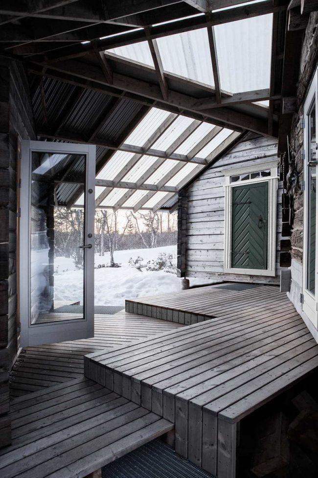 Крытый навес между входом в баню и дом