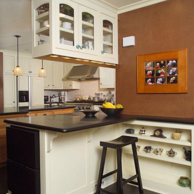 Двойное назначение барной стойки: замена обеденного стола и дополнительное пространство для хранения интерьерных элементов