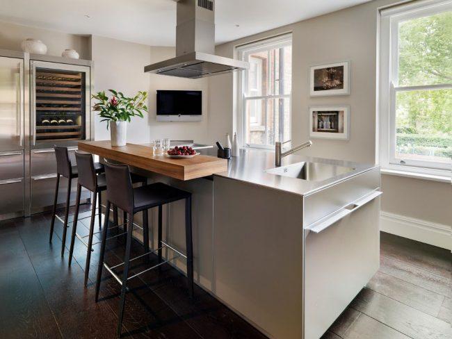 Кухонный остров, который не разделяет кухню, а размещается посередине. Дополнительная функция: встроенная в барную стойку мойка