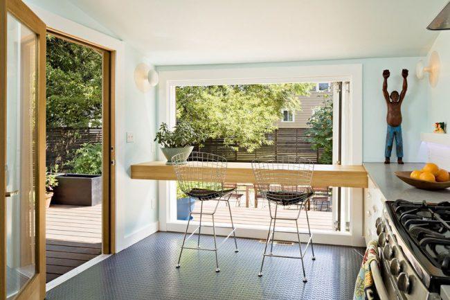 Барная стойка для современной кухни с видом на задний двор. Пристенная конфигурация конструкции, размещенная вплотную к стене