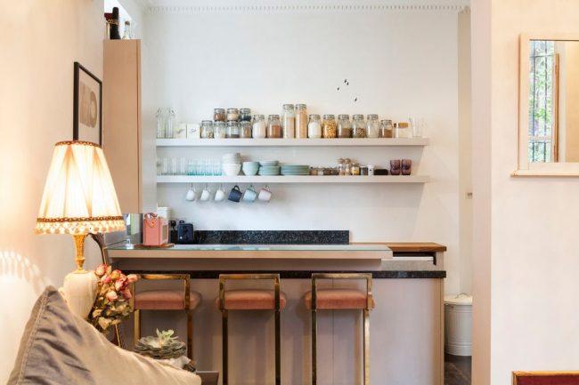 Эклектичная лондонская кухня со стеклянной поверхностью барной стойки