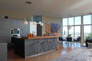 Фото 2 Барная стойка для кухни: материалы, особенности освещения и 75 элегантных интерьерных воплощений