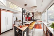 Фото 26 Барная стойка для кухни: материалы, особенности освещения и 75 элегантных интерьерных воплощений