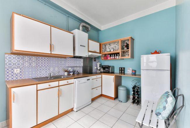 Водонагреватель, установленный вместо кухонного шкафчика