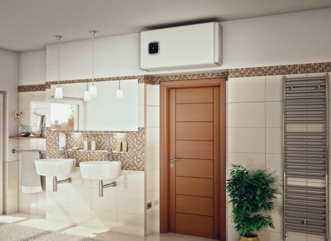 Горизонтальный бойлер на меньшее количество литров, установленный над входной дверью в ванной комнате