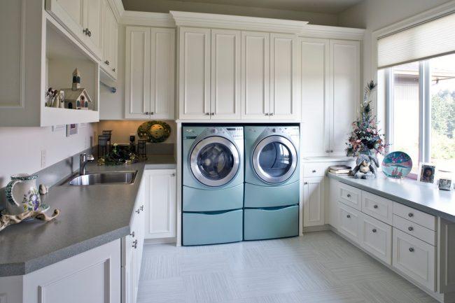 Две стиральных машинки с мини - стиральной в просторной кухне для большой семьи