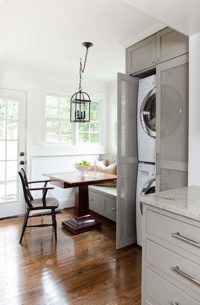 """Вертикально расположенные стиральные машины в кухонном шкафу за """"дышащей"""" дверью"""