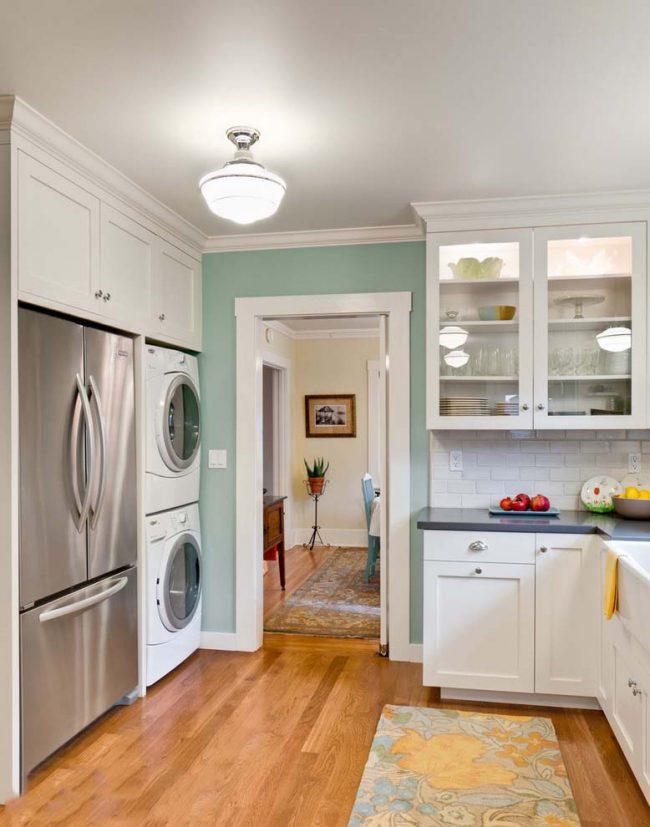 Вертикальное расположение двух машинок в нише встроенной кухни