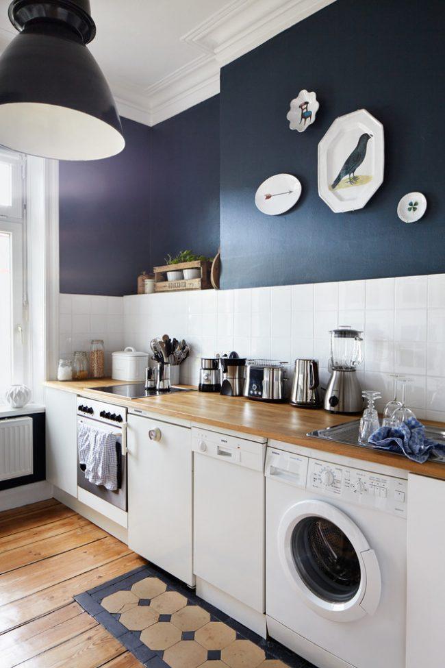Удобное расположение стиральной машины под столешницей в кухне