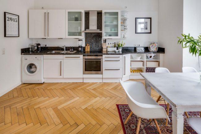 Угловое расположение стиральной машинки в прямой кухне